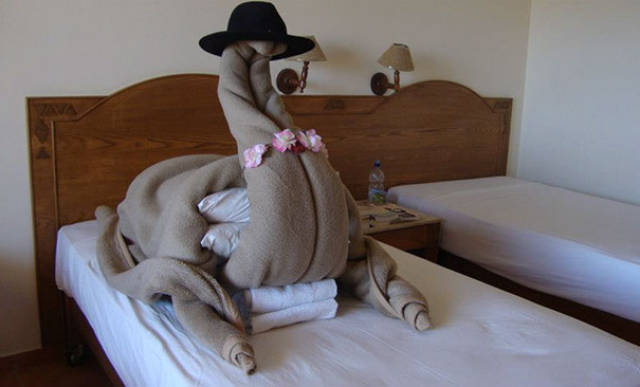 people_make_funny_room_requests_and_hotel_staff_delivers_640_02